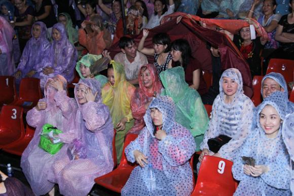Khán giả đội mưa để xem Đàm Vĩnh Hưng 2