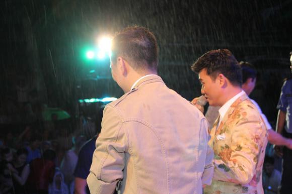 Khán giả đội mưa để xem Đàm Vĩnh Hưng 4