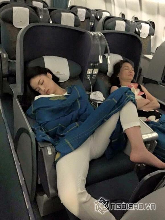 Kỳ Duyên, Hoa hậu Kỳ Duyên, Kỳ Duyên kém duyên, Kỳ Duyên nằm ngủ trên máy bay, hoa hậu Việt Nam, tin ngôi sao