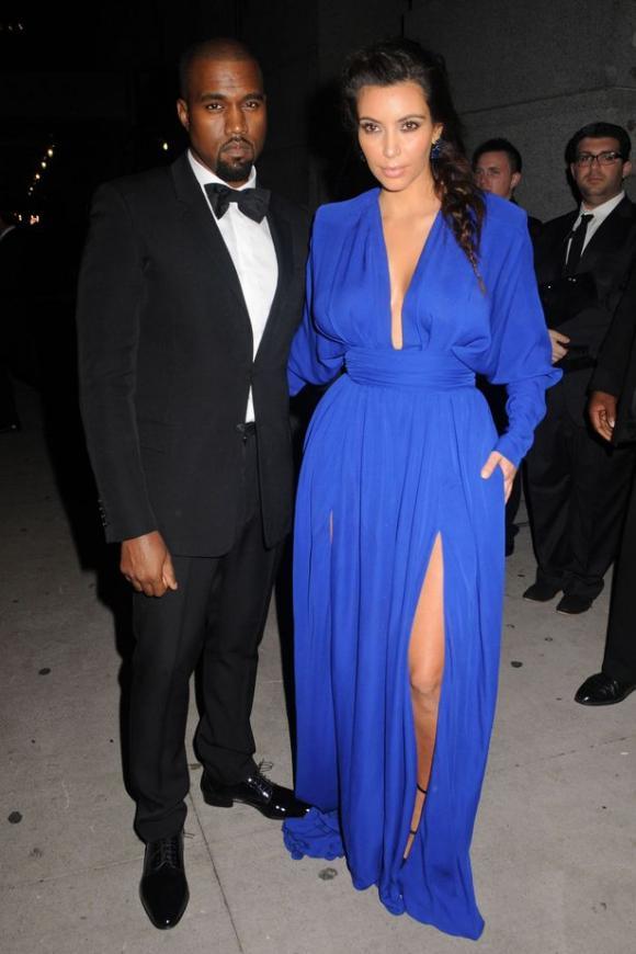 Kim Kardashian diện váy xẻ khoe chân dài cùng vẻ đẹp quyến rũ