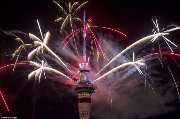 Hình ảnh rực rỡ của thành phố đầu tiên chào đón năm 2017 của thế giới