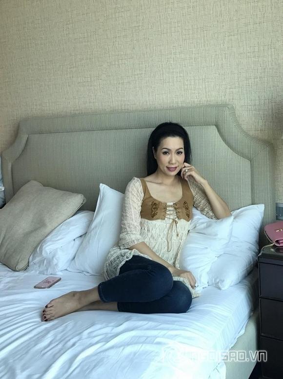 Á hậu Trịnh Kim Chi gây chú ý khi tạo dáng trên giường