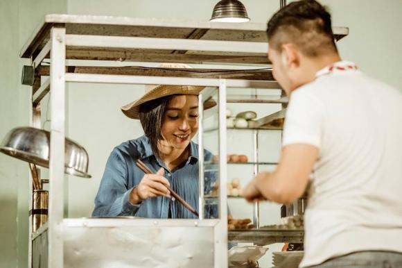 Elly Trần hóa thành người phụ nữ khắc khổ, bán đồ ăn vỉa hè