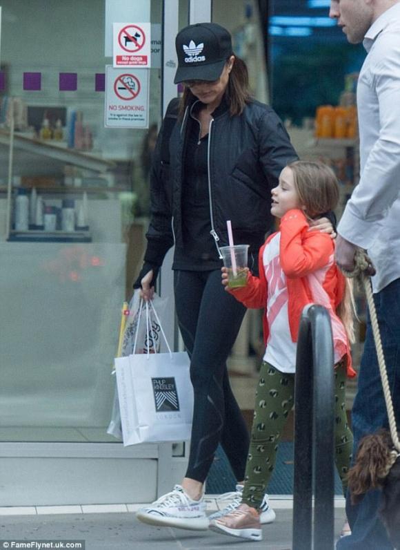 Harper diện đồ khỏe khoắn cùng mẹ Victoria đi dạo buổi sáng