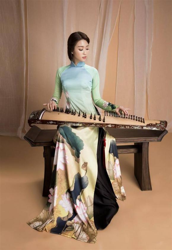 Hoa hậu Mỹ Linh duyên dáng khi diện áo dài