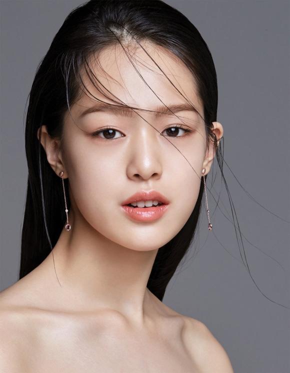 Người mẫu Hàn 16 tuổi bỗng dưng nổi tiếng bởi vẻ đẹp lạ và nụ cười giống hệt Sulli