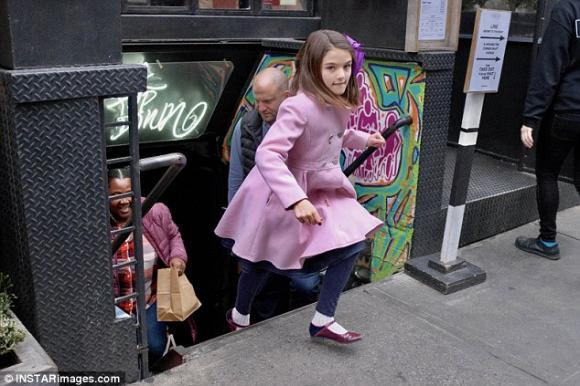 Suri điệu đà sánh bước bên mẹ Katie Holmes