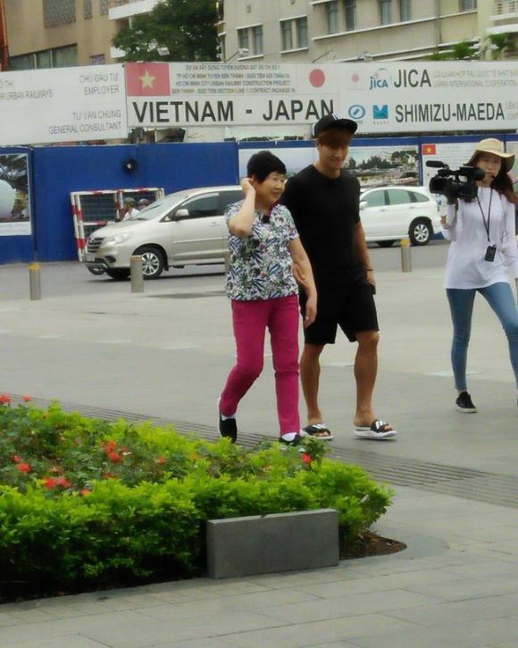 Kim Jong Kook đang dạo phố đi bộ Nguyễn Huệ cùng mẹ