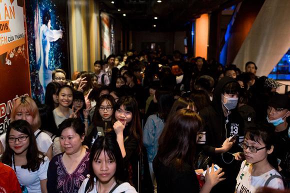 Sau Sài Gòn, hàng trăm fan xếp hàng chờ mua album của Sơn Tùng M