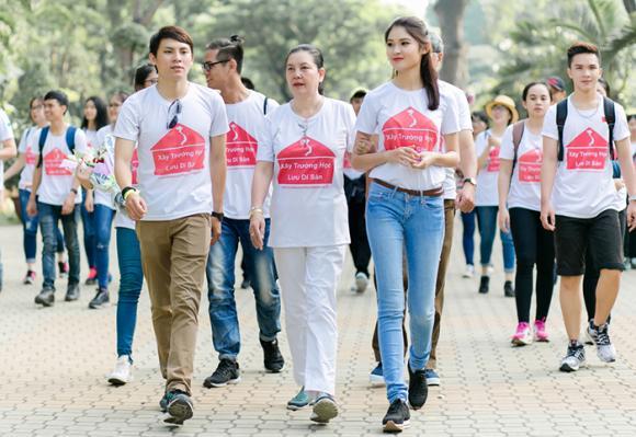 Á hậu Thuỳ Dung dẫn bố mẹ tham dự đường chạy vì trẻ em nghèo