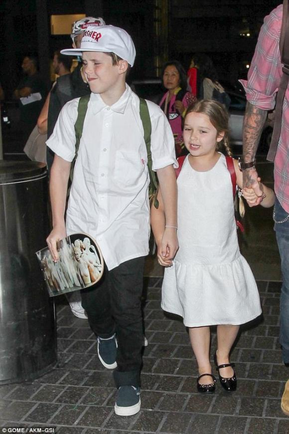 Harper vô tư ngoáy mũi khi cùng bố và các anh trai trở về Anh