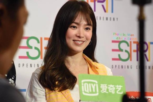 """Song Hye Kyo lại """"cưa sừng làm nghé"""" khi cắt phăng mái tóc dài"""
