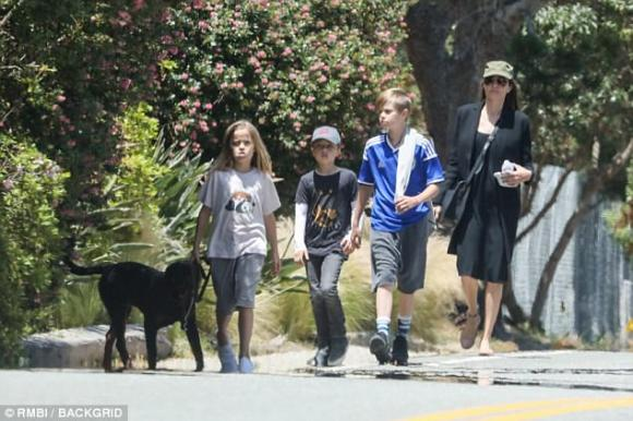 Angelina Jolie đội mũ bụi bặm dẫn 3 con ruột đi dạo