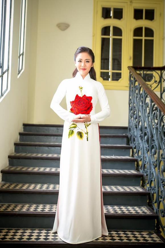 Ca sĩ Văn Mai Hương duyên dáng khi diện áo dài