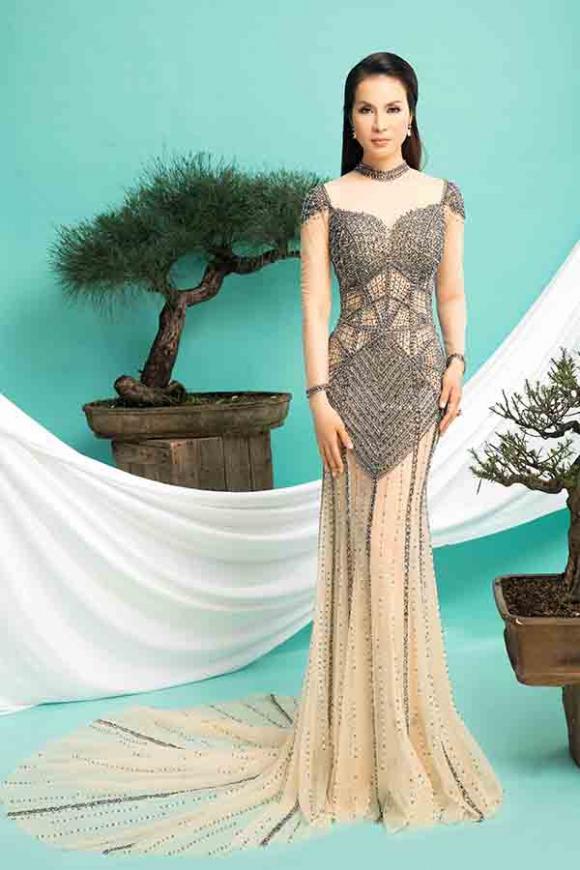 Thanh Mai khoe dáng đồng hồ cát với váy dạ hội đuôi cá