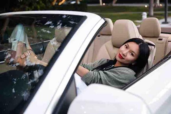 Bắt gặp Nữ Hoàng ảnh Lịch thập niên 90 diễn viên ca sĩ Y Phụng sành điệu lái xe đi dạo
