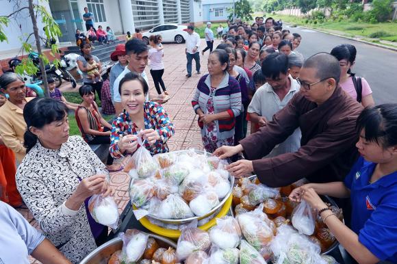 Việt Hương trao 500 suất ăn ở bệnh viện đa khoa Long Khánh