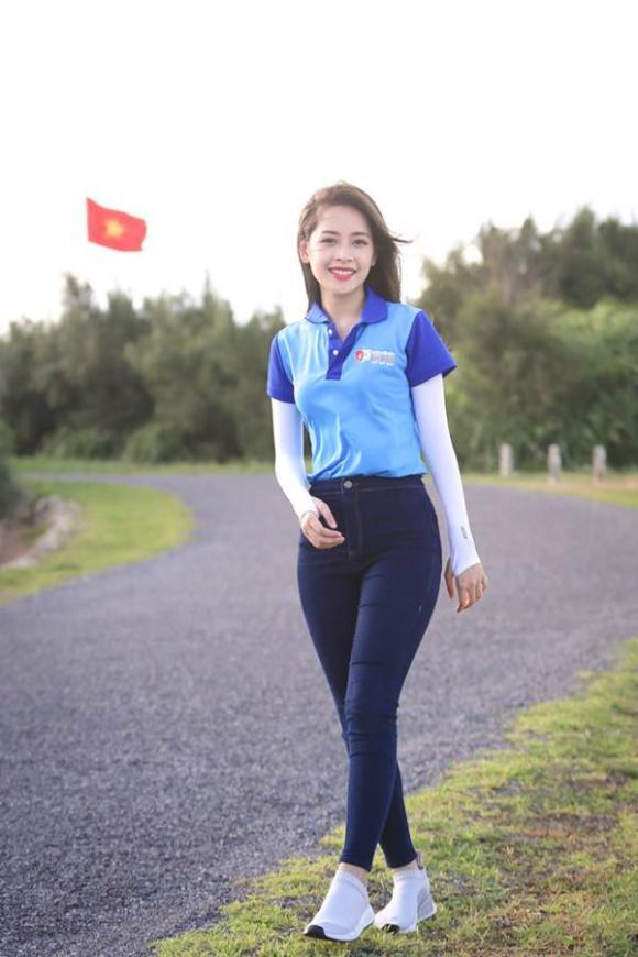 Dù say sóng, Chi Pu vẫn hạnh phúc khi trao tặng lá cờ Tổ quốc thiêng liêng cho ngư dân đảo Phú Quý