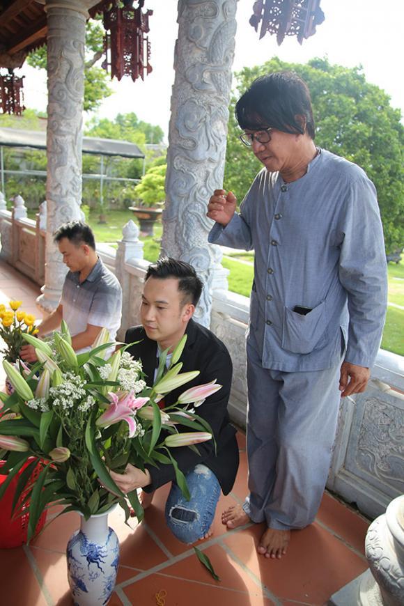 Dương Triệu Vũ đưa học trò đi thăm đền thờ tổ của Hoài Linh