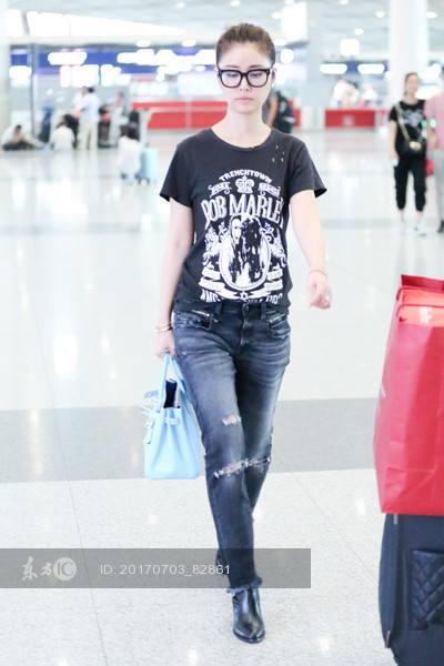 'Gái một con' Lâm Tâm Như năng động với quần jeans rách