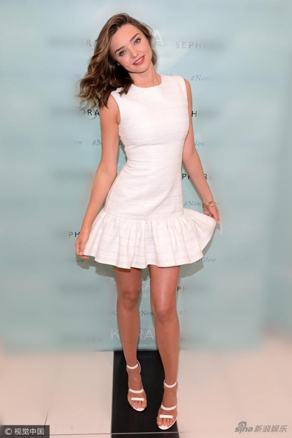 Diện set đồ trắng ngọt ngào như Miranda Kerr chẳng bao giờ sợ lỗi mốt