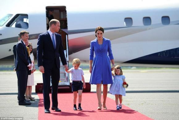 Ngắm Hoàng tử nhí George cười thả ga trong ngày sinh nhật
