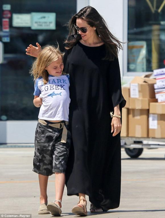 Angelina Jolie tươi cười xuất hiện sau tin đồn hoãn ly hôn hàn gắn với Brad Pitt