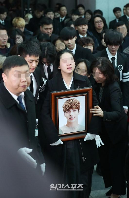 Jonghyun, Jonghyun qua đời, mặt trăng màu xanh ngọc