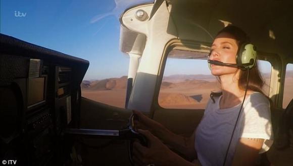 Diễn viên Angelina Jolie,Knox, con trai út của angelina jolie, lái máy bay