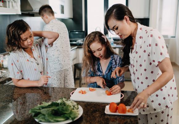 Ba con lai Tây của cựu người mẫu Ngọc Nga trổ tài nấu nướng cùng mẹ