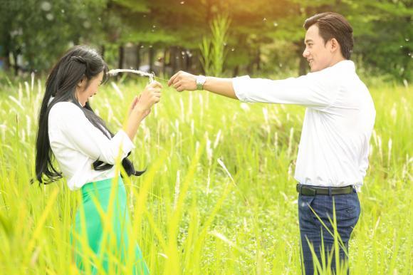Cuối cùng 'thầy giáo mưa' Mai Tài Phến cũng đã có cơ hội cướp nụ hôn đầu đời của 'em gái mưa'