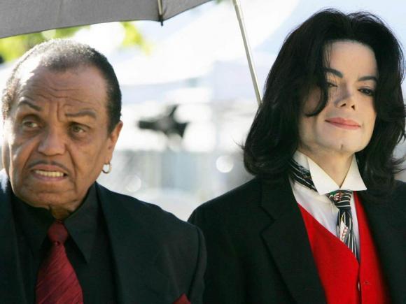 Cha ruột Michael Jackson qua đời, gia đình lại nảy sinh mâu thuẫn về đám tang?
