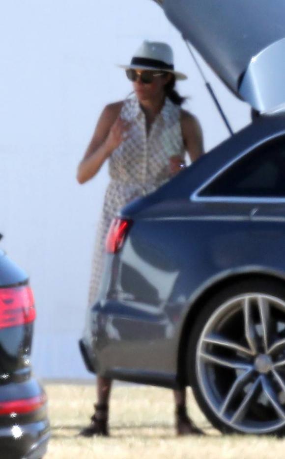 Công nương Meghan Markle chọn váy sơ mi thoải mái đi xem Hoàng tử Harry thi đấu polo