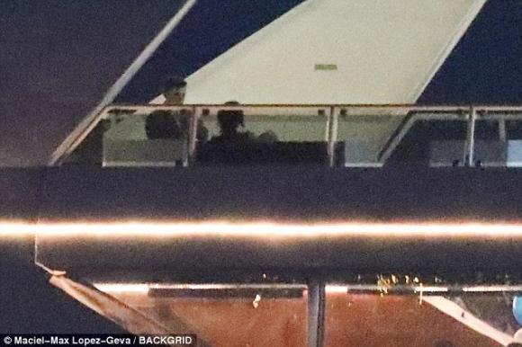 Mặc kệ Justin vui bên vợ sắp cưới, Selena Gomez đón sinh nhật tuổi 26 trên du thuyền hạng sang