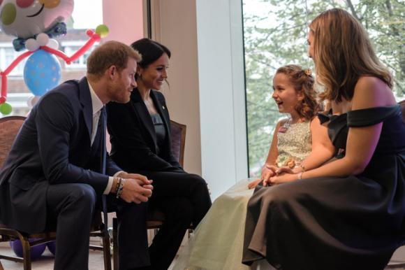 Hành động xoa lưng vợ của Hoàng tử Harry khi đi thăm trẻ em khuyết tật ghi điểm đẹp trong lòng cư dân mạng