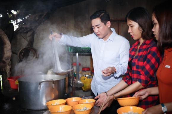 Không ồn ào, Hứa Vĩ Văn và fan cùng nấu ăn, tặng bánh Trung thu cho trẻ em nghèo
