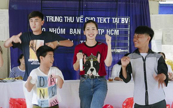 Chi Pu cùng Á hậu Thuỳ Dung đi trao quà cho trẻ em khuyết tật tại Tây Ninh