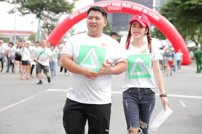 'Cô em chồng bá đạo' Puka 'tiếp nước uống', cổ vũ nhiệt tình cho đạo diễn Diệp Tiên chạy bộ