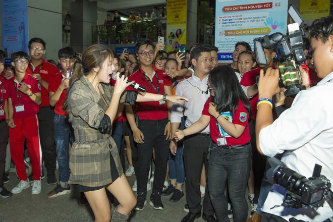 Văn Mai Hương liều lĩnh để mặt mộc đi diễn, tiết lộ điều ít ca sĩ dám làm