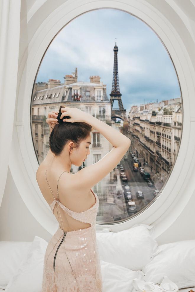Diện trang phục gợi cảm, Ngọc Trinh sang chảnh đón bình inh tại Pháp