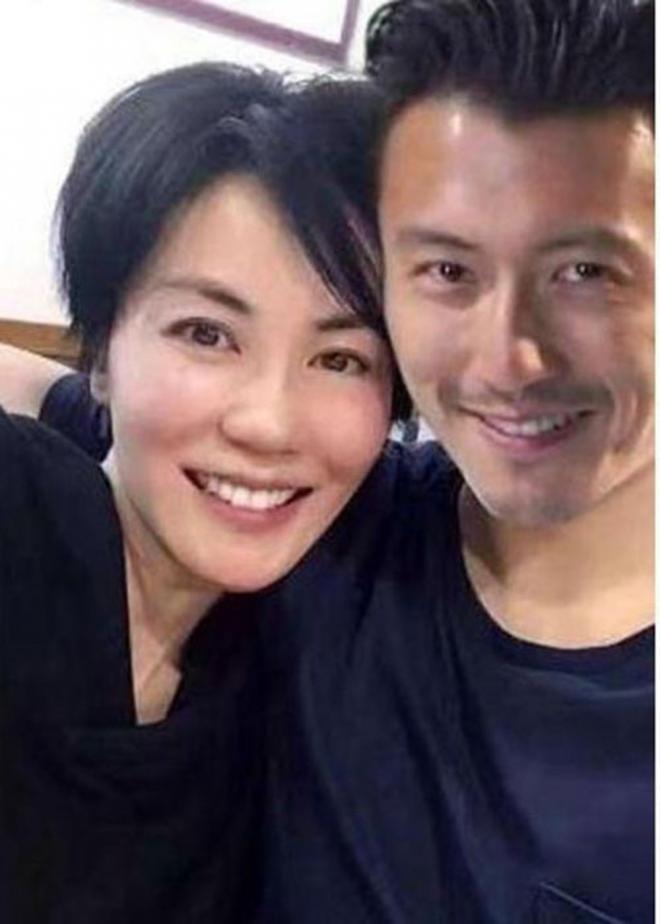 Ngôi sao Hong Kong Tạ Đình Phong đã về Hong Kong gặp gỡ các con và vợ cũ.  Theo truyền thông đưa tin, anh và người tình Vương Phi