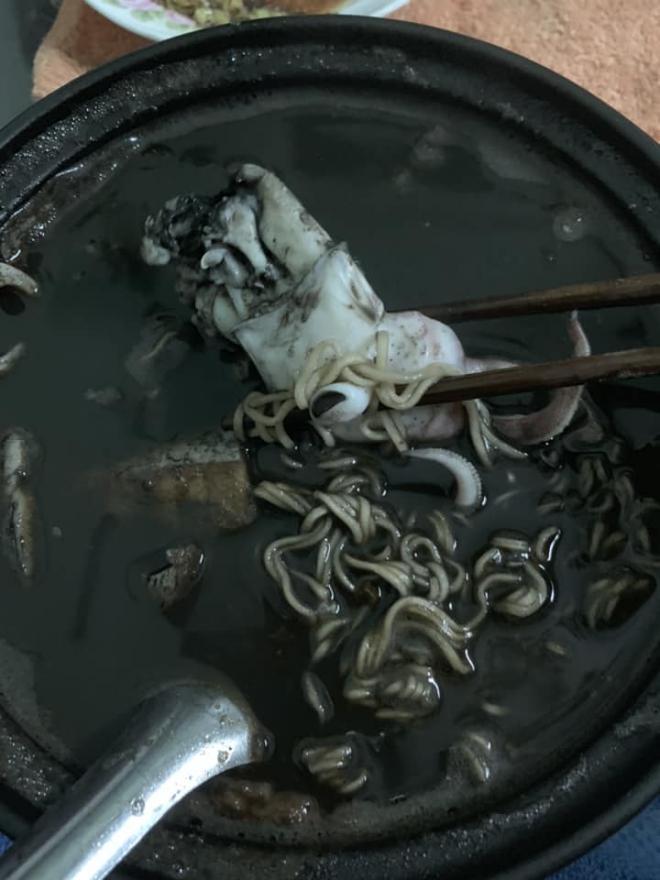 Bát mỳ mực vợ nấu cho chồng khiến dân mạng 'không nhịn được cười'