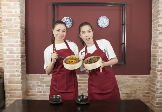 Ngọc Trinh và bạn thân Trà Ngọc Hằng trổ tài vào bếp nấu ăn cực ngon