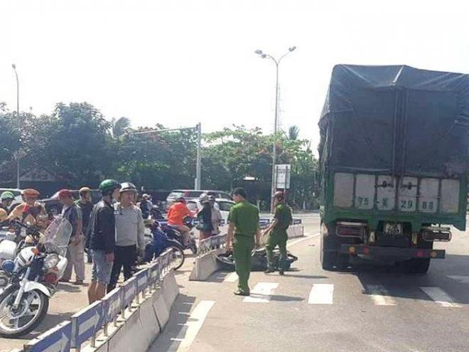 Xe máy va chạm ô tô tải, người phụ nữ tử vong thương tâm dưới gầm xe