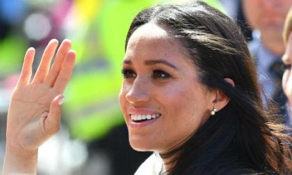 Công nương Meghan Markle được Nữ hoàng ưu ái tặng bông tai kim cương ngọc trai