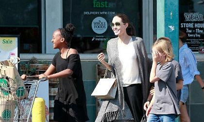 Angeline Jolie vui vẻ đi mua sắm sau khi tố Brad Pitt không chu cấp đủ tiền trợ cấp nuôi con