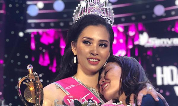 Mẹ Tân hoa hậu Việt Nam 2018 khóc và mong mọi người thông cảm