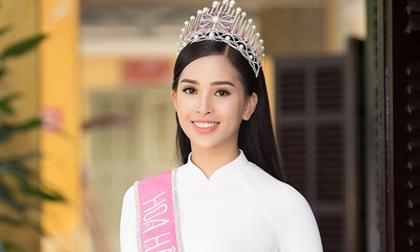 Diện áo dài trắng về trường, Hoa hậu Trần Tiểu Vy đẹp xao xuyến lòng người