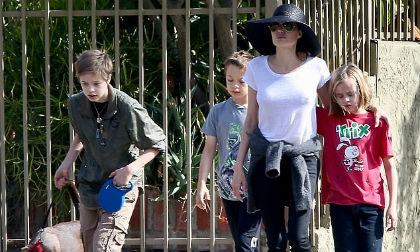 Trước ngày ra tòa với Brad Pitt, Angelina Jolie đưa các con đi chơi nhưng Pax Thiên, Maddox tuyệt nhiên không có mặt